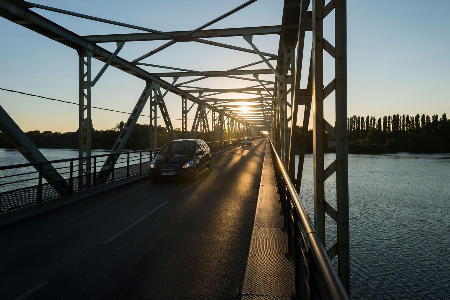 photo de la levee de la divatte sur les bords de Loire au soleil couchant. photo du pont de Thouaré sur Loire. couche de soleil sur le pont mettallique.